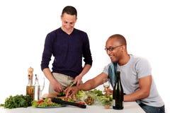 De gemengde keuken van het het behoren tot een bepaald ras vrolijke paar Stock Afbeelding