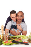 De gemengde keuken van het het behoren tot een bepaald ras vrolijke paar Stock Afbeeldingen
