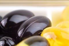 De gemengde pillen van het natuurvoedingsupplement, vitamine A, carotine, Omega 3, vitamine e, capsules macrobeeld stock foto's