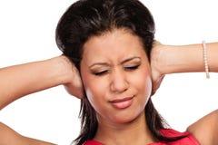 De gemengde sluitende oren van de rasvrouw met handen stock afbeelding