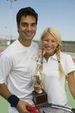 De gemengde Spelers van het dubbelentennis op de trofeeportret van de tennisbaanholding royalty-vrije stock afbeelding