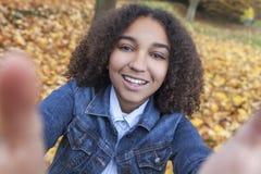 De gemengde Tiener die van het Ras Afrikaanse Amerikaanse Meisje Selfie nemen royalty-vrije stock afbeeldingen