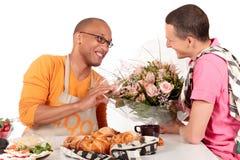 De gemengde Valentijnskaart van het het behoren tot een bepaald ras vrolijke paar Royalty-vrije Stock Afbeelding