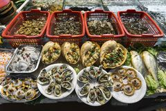 De gemengde verse zeevruchten op vertoning bij xiamen straatmarkt China Stock Afbeeldingen