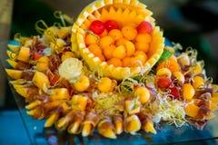 De gemengde vorm van de vers fruitbal dient op de boog van de meloenhuid Royalty-vrije Stock Foto's