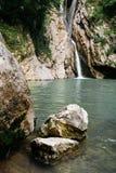 De gemiddelde Agur-waterval in de Agur-Kloof in Sotchi Stock Foto's