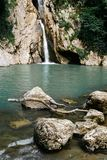 De gemiddelde Agur-waterval in de Agur-Kloof in Sotchi Royalty-vrije Stock Fotografie