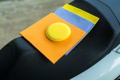 De gemzen van autowissers velen kleurendoek en sponswas met schone motorfiets royalty-vrije stock foto's