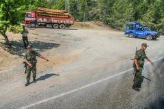 De Gendarmerie van de Turkse strijdkrachten controleert verkeer Stock Foto's