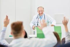 De geneeskunde bestudeert vragen en antwoorden Stock Fotografie