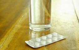 De geneeskunde in blaarpak met zoet water op lijst moeten zou eten Stock Foto's