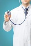 De geneeskunde, de gezondheidszorg en alle dingen brachten - de stethoscoop van de artsenholding op lichtblauwe achtergrond met e Royalty-vrije Stock Foto's