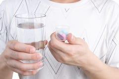 De geneeskunde en het glas van de holding Royalty-vrije Stock Afbeelding