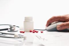 De geneeskunde van het voorschrift en apothekerhand op compu Royalty-vrije Stock Foto's