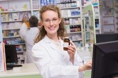 De geneeskundefles van de apothekerholding royalty-vrije stock foto's