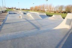 De generische concrete hellingen van het vleetpark buiten met blauwe hemel Royalty-vrije Stock Fotografie