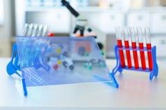 De genetische levering van het de microbiologielaboratorium Stock Afbeeldingen