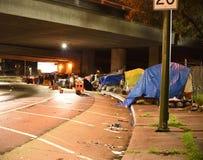 De Gentrification-Oorlog: Dakloze Kampen van Oakland en Berkeley royalty-vrije stock foto