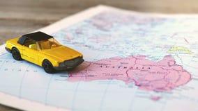 De geografische kaart van Australië met gele convertibele auto stock video