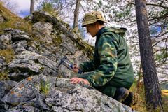 De geoloog neemt een rotssteekproef royalty-vrije stock fotografie
