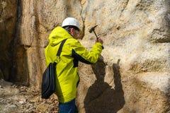 De geoloog neemt een rotssteekproef royalty-vrije stock afbeelding