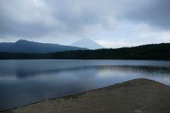 De geometrische mening met kust in de voorgrond en de kleine heuvels en zetten Fuji op de achtergrond op, Japan stock afbeeldingen