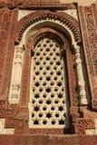 De geometrische patronen werden gebeeldhouwd op het kader van een venster in Qutb minar in New Delhi (India) Stock Fotografie