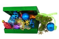 De geopende groene doos van het Nieuwjaar met takjeKerstboom stock foto