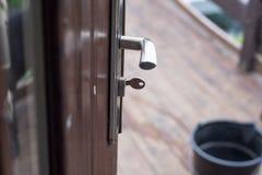 De geopende huisdeur, u kan zien wat buiten is Deurhandvat en sleutel Royalty-vrije Stock Foto