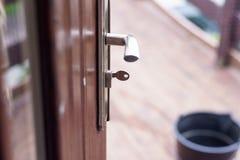 De geopende huisdeur, u kan zien wat buiten is Deurhandvat en sleutel Royalty-vrije Stock Fotografie