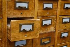 De geopende opslag van het doosarchief, archiefkastbinnenland Uitstekende houten vakjes met lege systeemkaarten de bibliotheekdie royalty-vrije stock afbeelding