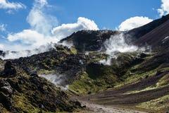 De geothermische streek van IJsland - gebied in bergen met de hete lentes Barsten in bergen met hete stoom Toerist en natuurlijk royalty-vrije stock afbeelding