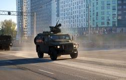 De gepantserde die auto tigr-M met de recentste het vechten module met afstandsbediening BMDU 'arbalet-DM 'wordt uitgerust stock foto