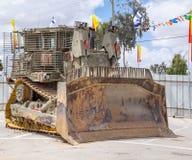 De gepantserde militaire die bulldozer op militair wordt voorgesteld toont van Onafhankelijkheidsdag royalty-vrije stock foto