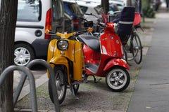 De geparkeerde autopedden van Vespa Piaggio outdoors royalty-vrije stock afbeeldingen