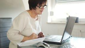 De gepensioneerde communiceert in skype Videovraag, mededeling die online, oprecht glimlachen stock video