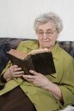 De gepensioneerde las een boek Stock Afbeeldingen