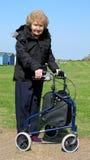 De gepensioneerde toont het lopen hulp aan Stock Fotografie