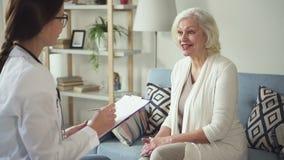 De gepensioneerdedame van de vakman schrijft de bezoekende ziekte en voorschrift stock video