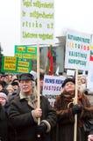 De gepensioneerden protesteren stock foto