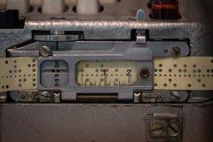 De geperforeerde ponsband van een oud apparaat royalty-vrije stock fotografie