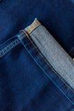 De geplooide donkerblauwe jeans van het broekbeen Stock Afbeeldingen