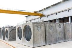 De geprefabriceerde concrete mangaten stock fotografie