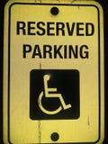 De gereserveerde het parkeren handicap zingt stock afbeeldingen
