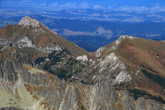 De gerichte, grasrijke piek van Zdiarska Vidla, Belianske Tatras, Slowakije stock foto