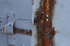 De geroeste deur in de oude installatie Stock Foto