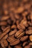 De geroeste donkere achtergrond van koffiebonen Royalty-vrije Stock Afbeelding