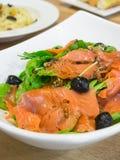 De gerookte salade van de zalmraket Stock Foto's