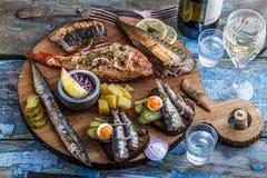 De gerookte vissenvoorgerechten met makreel, steur, toppositie woden scherpe raad royalty-vrije stock afbeeldingen