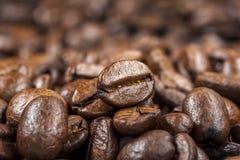 De geroosterde achtergrond van koffiebonen royalty-vrije stock afbeeldingen